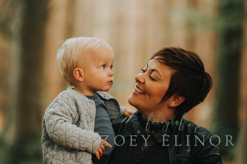 mor og søn, udendørsfotografering, smuk mor,