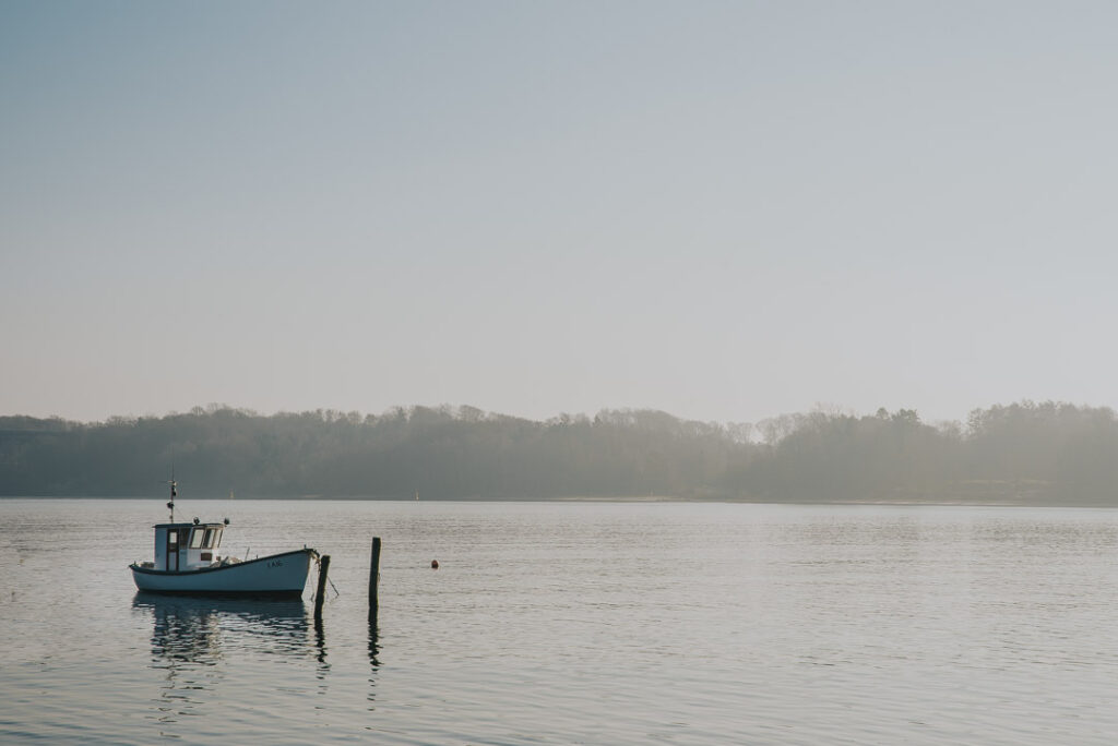 Ensom fiskekutter i roligt vejre.. beskrivelse af de numerologiske energier i marts, 2019